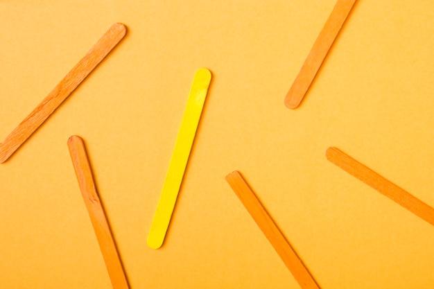 Crème glacée jaune et orange sur fond jaune Photo gratuit