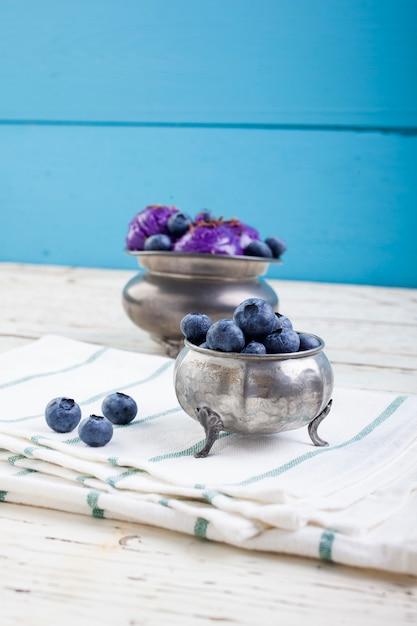 Crème glacée à la myrtille sur une tasse en étain Photo Premium