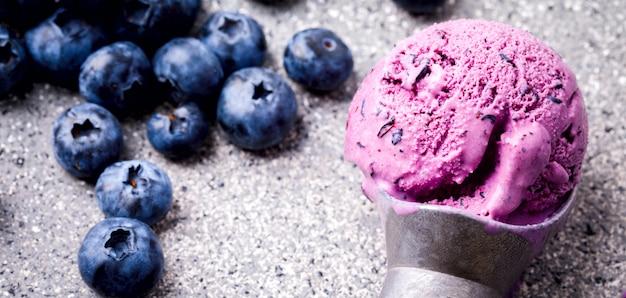 Crème glacée de myrtilles. dessert sucré d'été. Photo Premium