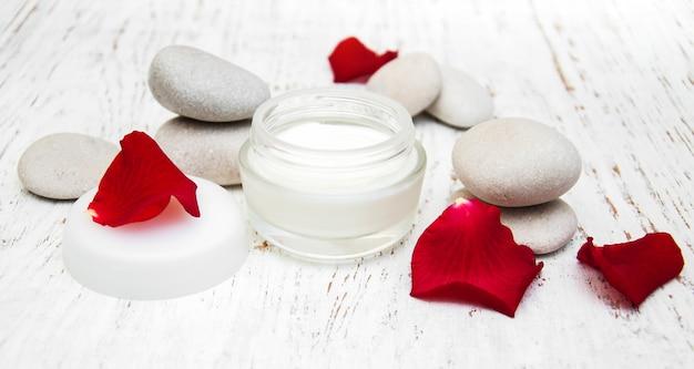 Crème hydratante et pétales de rose Photo Premium