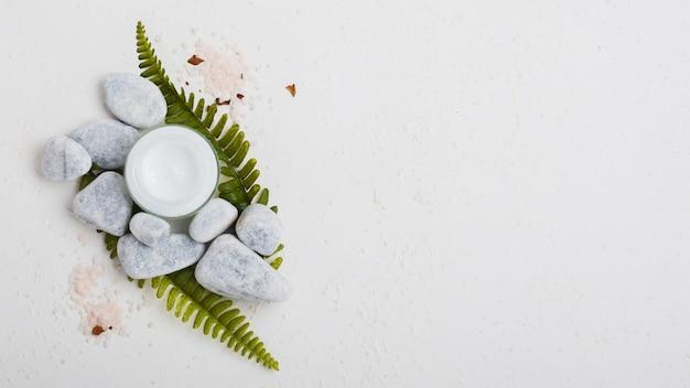 Crème hydratante et sels de bain avec espace de copie Photo gratuit