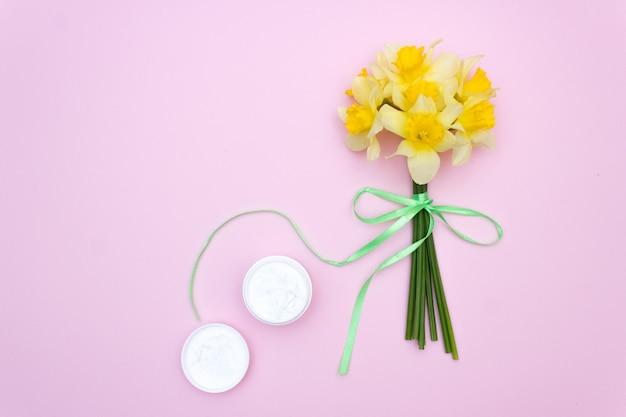 Crème de soin pour la peau des fleurs. fond Photo Premium