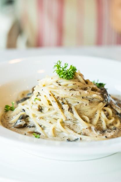 Crème de spaghettis aux champignons de truffe Photo gratuit