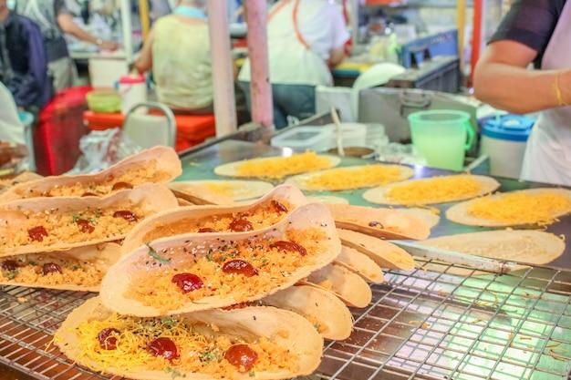 Crêpe à La Thaïlandaise Avec Noix De Coco, Sucre, Sésame, Fil D'œuf Doux Photo Premium
