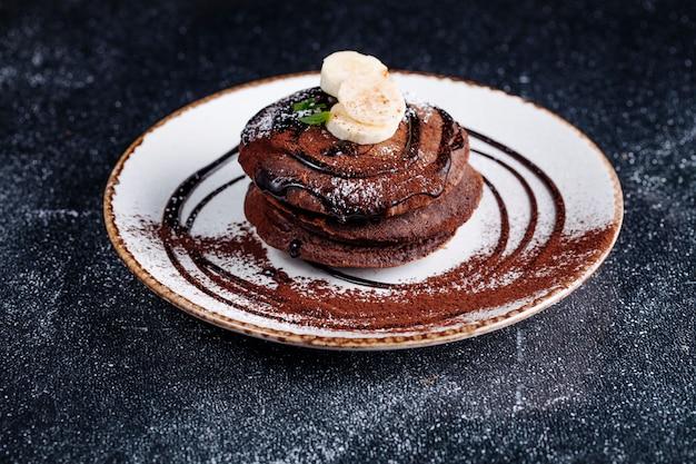 Crêpes au chocolat avec sirop de chocolat et banane. Photo gratuit