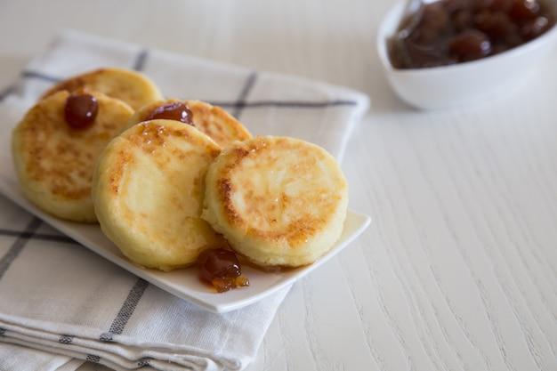 Crêpes au fromage cottage, syrniki traditionnelles ukrainiennes et russes faites maison. petit-déjeuner sain/ Photo Premium