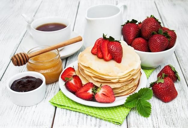 Crêpes aux fraises Photo Premium