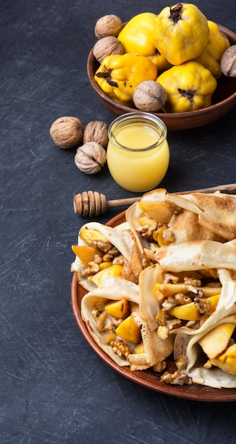 Crêpes aux fruits appétissantes Photo Premium