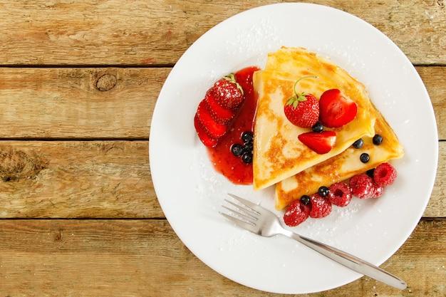 Crêpes Aux Fruits Rouges Et Sucre En Poudre Photo Premium