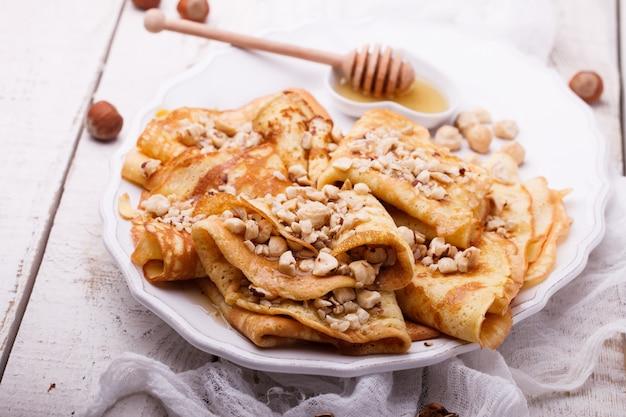 Crêpes aux noix et au miel Photo Premium