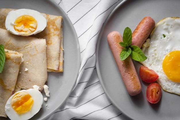 Crêpes aux œufs et hot-dogs Photo gratuit
