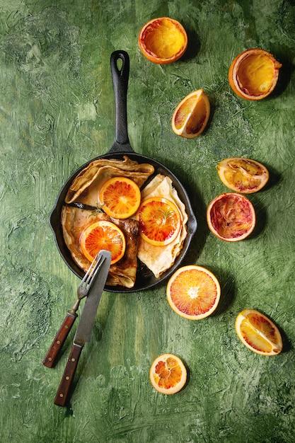 Crêpes aux oranges sanglantes Photo Premium
