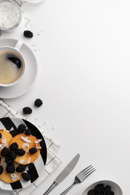 Crêpes à Base De Farine De Noix De Coco Avec Des Mûres Et Des Chips De Noix De Coco Sur Tableau Blanc Photo Premium