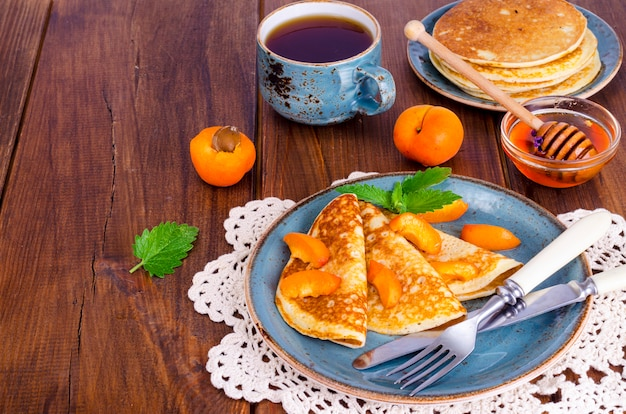 Crêpes de blé au miel et aux abricots Photo Premium