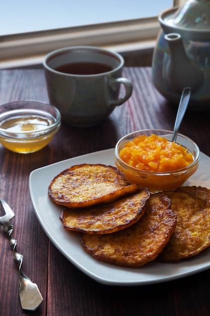 Crêpes à la citrouille avec du miel et du thé Photo Premium