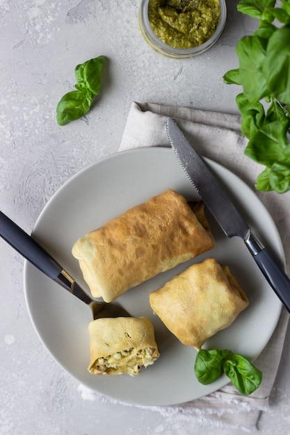Crêpes Farcies Au Poulet, Tomates, Mozzarella Et Pesto Photo Premium