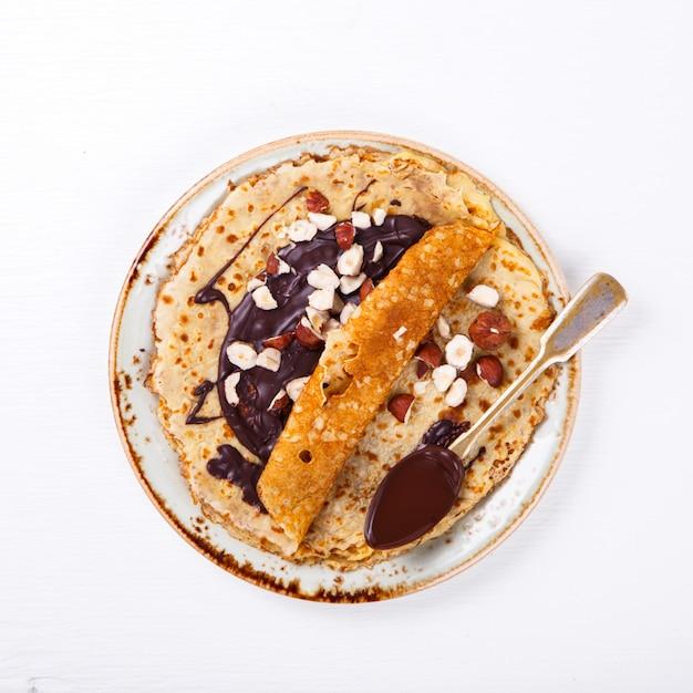 Crêpes minces au chocolat, noisette Photo Premium