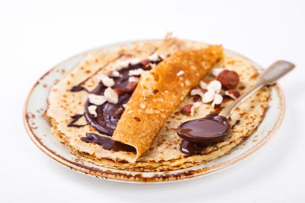 Crêpes minces au miel, chocolat, noisette Photo Premium