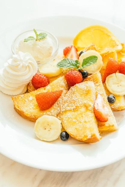 Crêpes et pain grillé avec fruits mélangés Photo gratuit