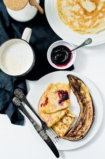 Crêpes sans gluten et sans lactose. ingrédients: farine sans gluten, lait d'avoine, œufs de caille. Photo Premium