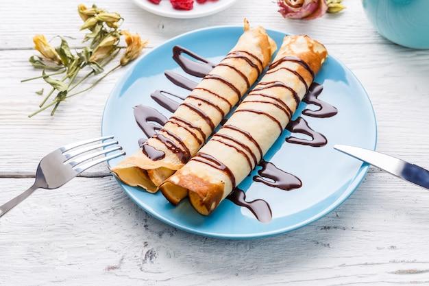 Crêpes torsadées fourrées au chocolat Photo Premium