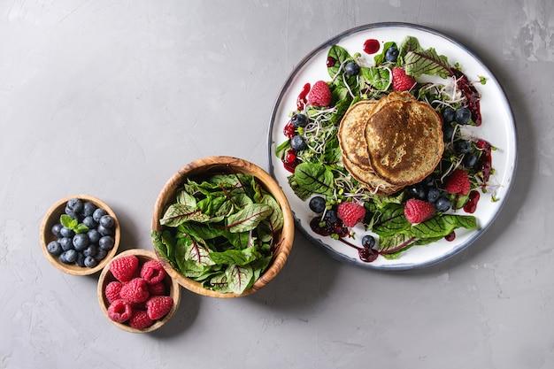 Crêpes végétaliennes avec des légumes verts Photo Premium