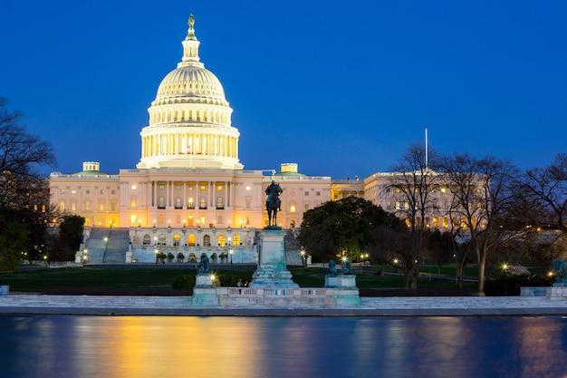 Crépuscule du bâtiment du capitole américain Photo Premium