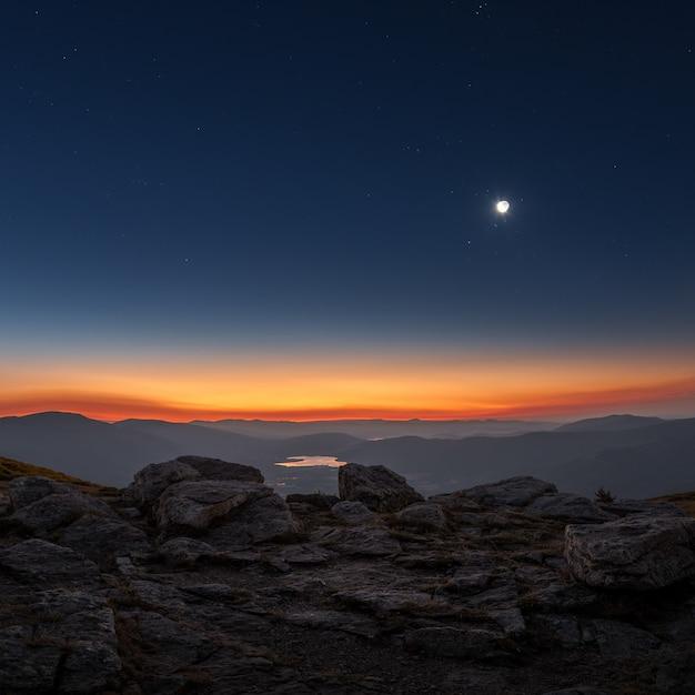 Crépuscule lever du soleil avec un croissant de lune des montagnes du centre de l'espagne Photo Premium