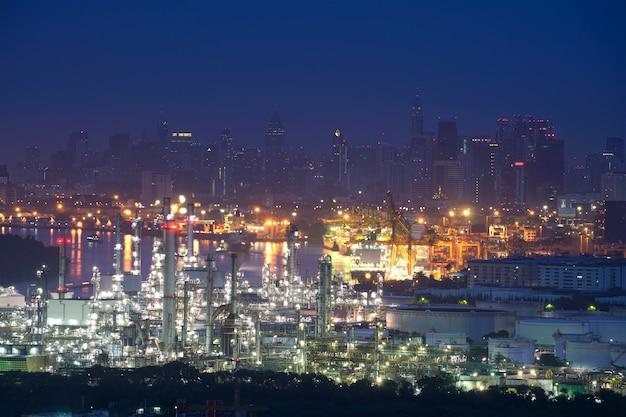 Crépuscule d'une raffinerie de pétrole, d'une raffinerie de pétrole et d'une usine pétrochimique au crépuscule, bangkok, thaïlande Photo Premium