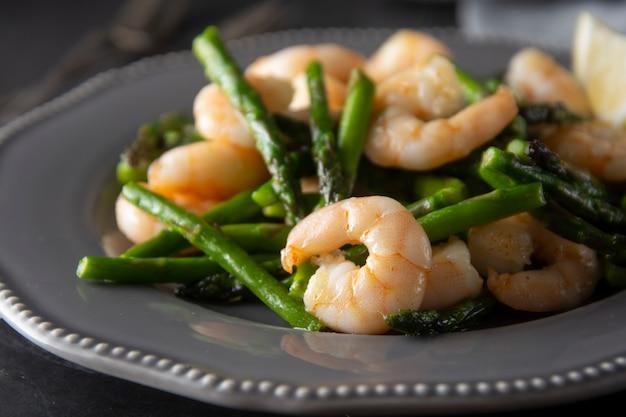 Crevettes et asperges vertes Photo Premium