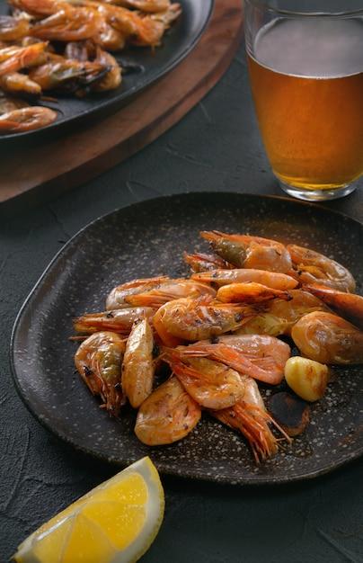Crevettes, Bière Et Citron Photo Premium