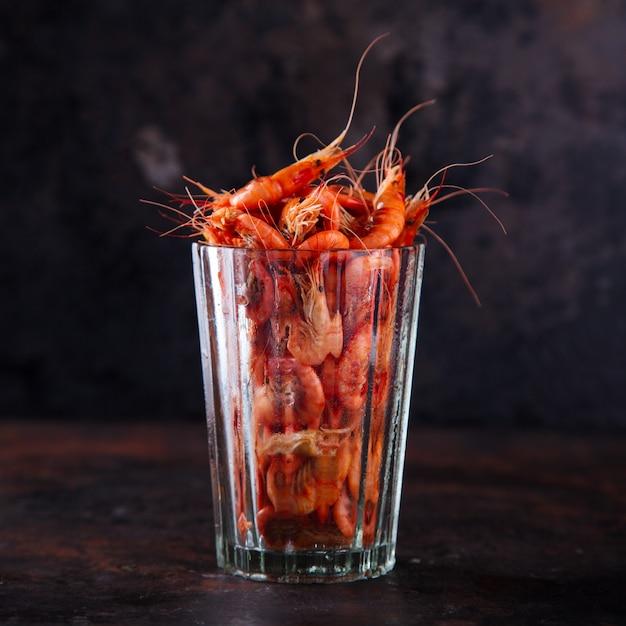 Crevettes Crevettes Cuites. Crustacés Et Fruits De Mer. Nourriture De Fête D'été Photo Premium