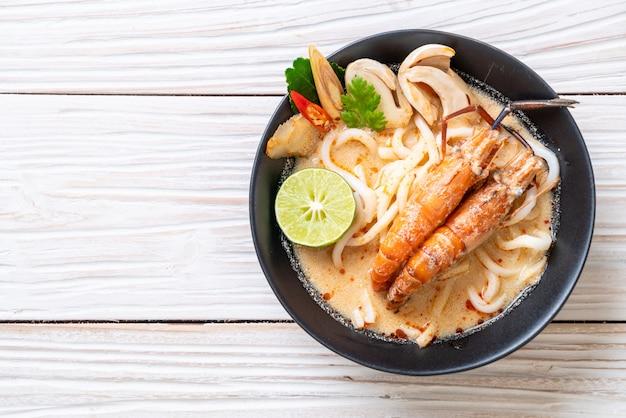 Crevettes épicées udon ramen noodle (tom yum goong) Photo Premium