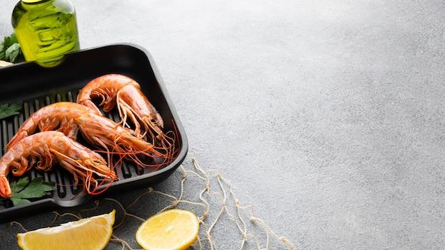 Crevettes fraîches dans une poêle avec des condiments Photo gratuit