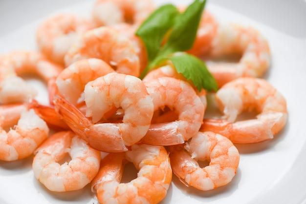 Crevettes Fraîches Servies Sur Une Assiette De Crevettes Cuites Pelées Et Bouillies Photo Premium