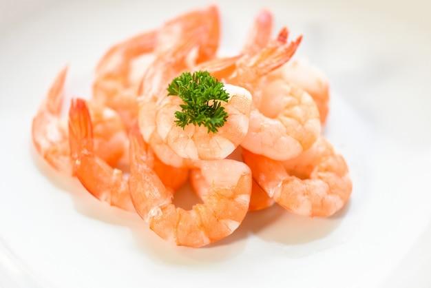 Crevettes Fraîches Servies Sur Assiette. Crevettes Décortiquées Bouillies Cuites Au Restaurant De Fruits De Mer Photo Premium