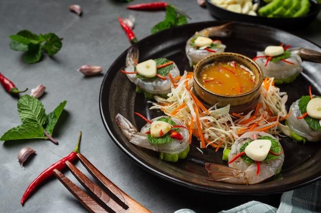 Crevettes Fraîches Trempées Dans Une Sauce De Poisson, Cuisine Thaïlandaise. Photo gratuit