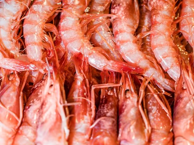 Crevettes fraîches en vente au marché Photo gratuit