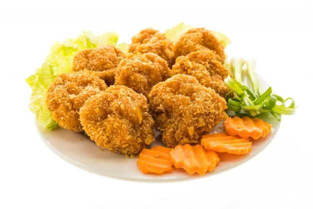 Crevettes frites ou gâteau aux crevettes dans une assiette blanche Photo gratuit