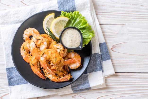 Crevettes frites avec sauce Photo Premium