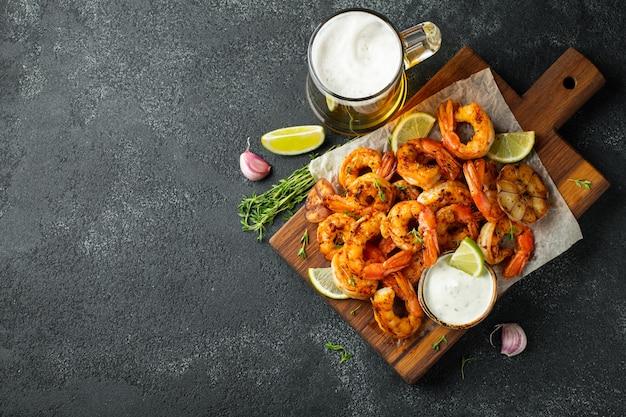 Crevettes grillées ou gambas servies avec du citron vert. Photo Premium