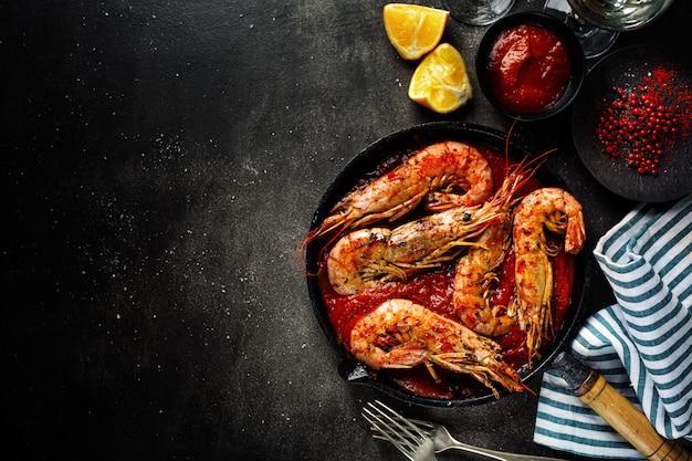 Crevettes Grillées Sur Pan Sur Table Photo gratuit