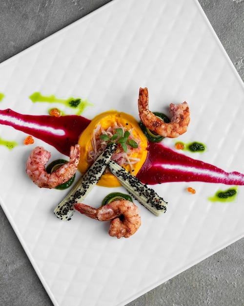Crevettes maïs et citron dans l'assiette Photo gratuit