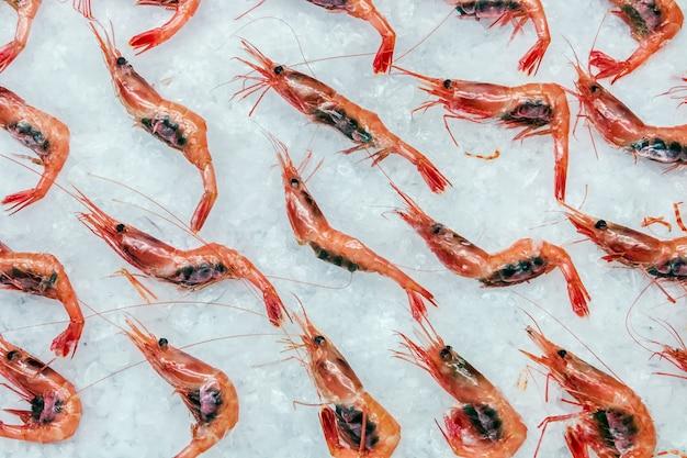 Les crevettes pandalus borealis gisent sur la glace dans le magasin ou dans la cuisine d'un restaurant Photo Premium