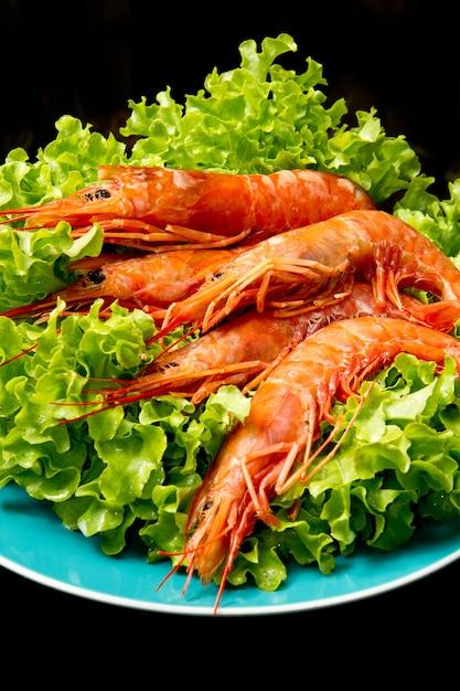 Crevettes avec salade fraîche sur plat Photo Premium