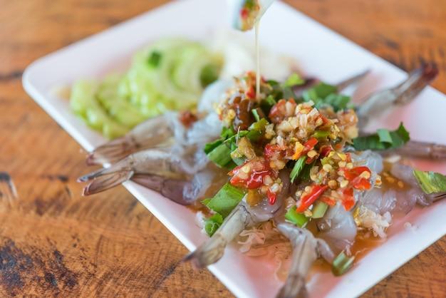 Crevettes à la sauce de poisson au marché thaïlandais de fruits de mer Photo Premium