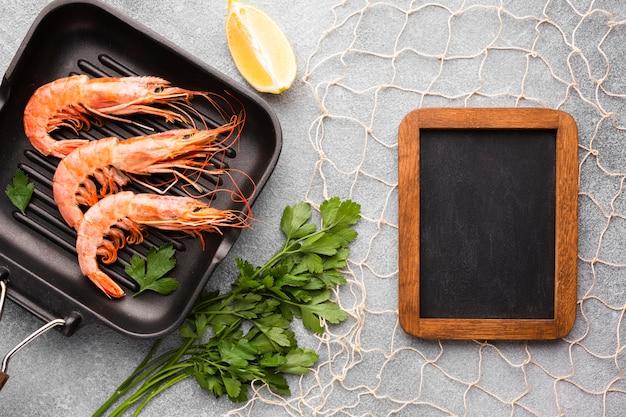 Crevettes vue de dessus sur pan avec cadre Photo gratuit