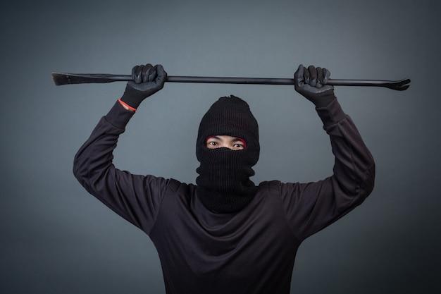 Les criminels noirs portaient un fil de tête sur gris Photo gratuit
