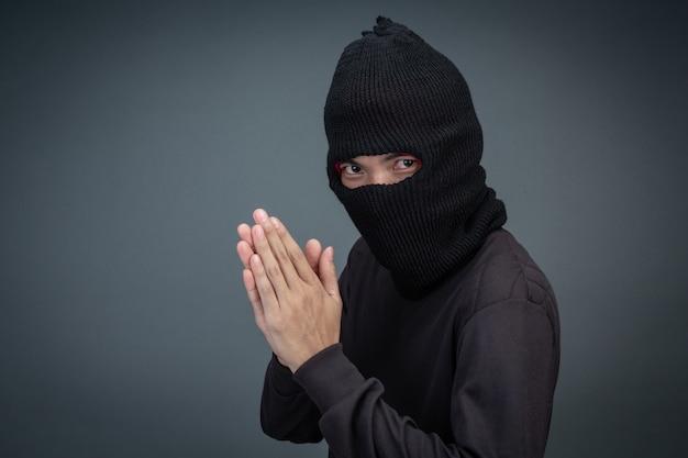 Les criminels portent un masque noir sur gris Photo gratuit