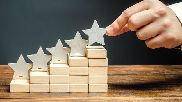 Critique met la cinquième étoile. le concept de notation des hôtels et des restaurants. Photo Premium